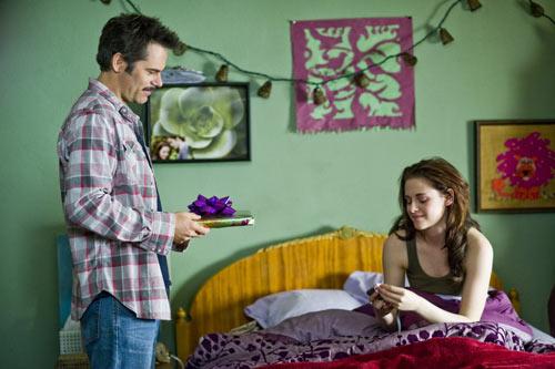 Billy Burke and Kristen Stewart in The Twilight Saga: New Moon