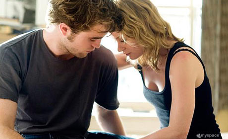 Robert Pattinson and Emilie de Ravin in Remember Me